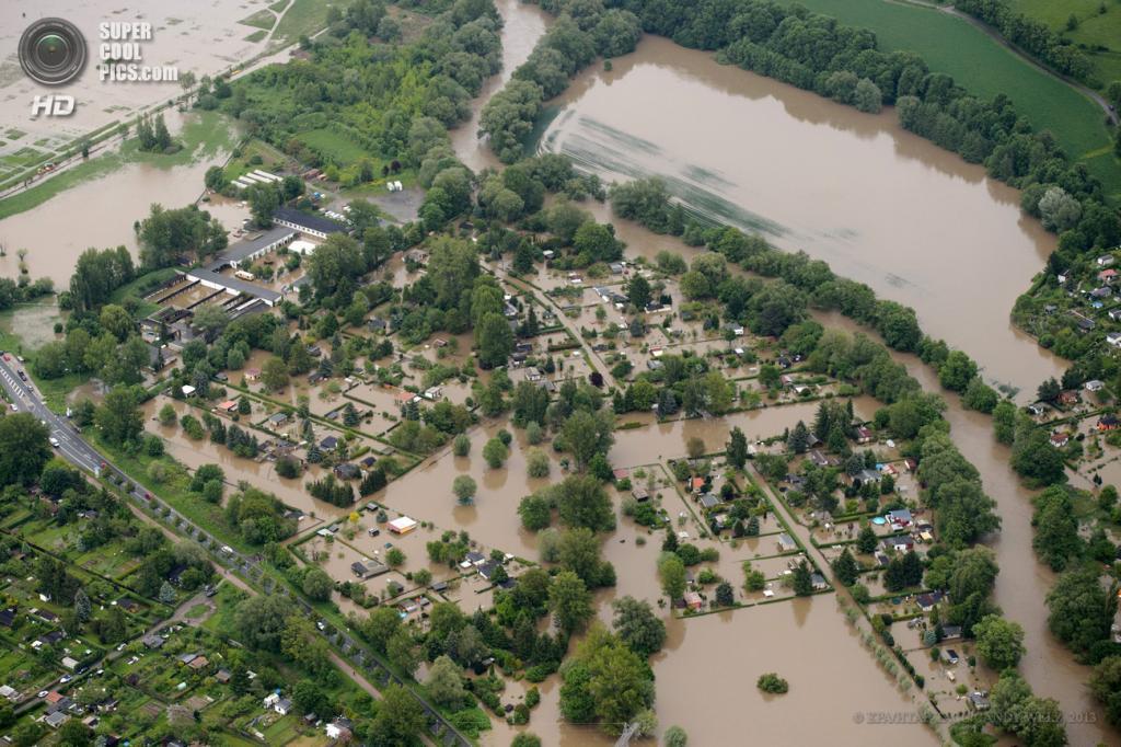 Германия. Йена, Тюрингия. 2 июня. Наводнение, вызванное затяжными дождями. (EPA/ИТАР-ТАСС/CANDY WELZ)