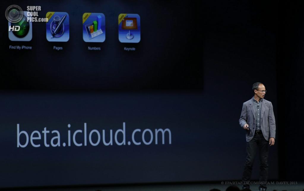 США. Сан-Франциско, Калифорния. 10 июня. Старший вице-президент Apple по iWork Роджер Роснер описывает новые возможности iCloud. (EPA/ИТАР-ТАСС/MONICA M. DAVEY)