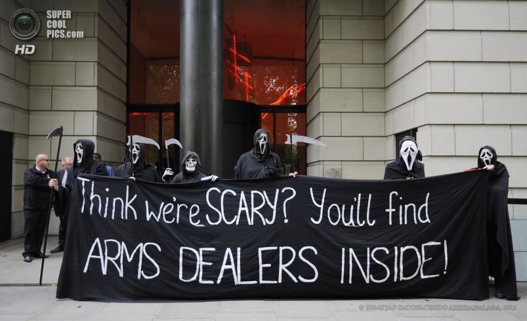 Великобритания. Лондон. 12 июня. Во время акции протеста у офиса компании BAe Systems против саммита «Большой восьмёрки». (EPA/ИТАР-ТАСС/FACUNDO ARRIZABALAGA)
