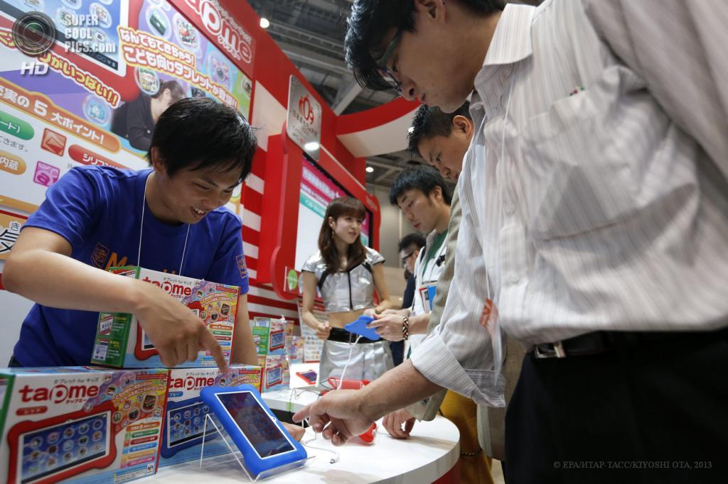 Япония. Токио. 13 июня. Посетители у стенда MegaHouse на выставке Tokyo Toy Show 2013. (EPA/ИТАР-ТАСС/KIYOSHI OTA)