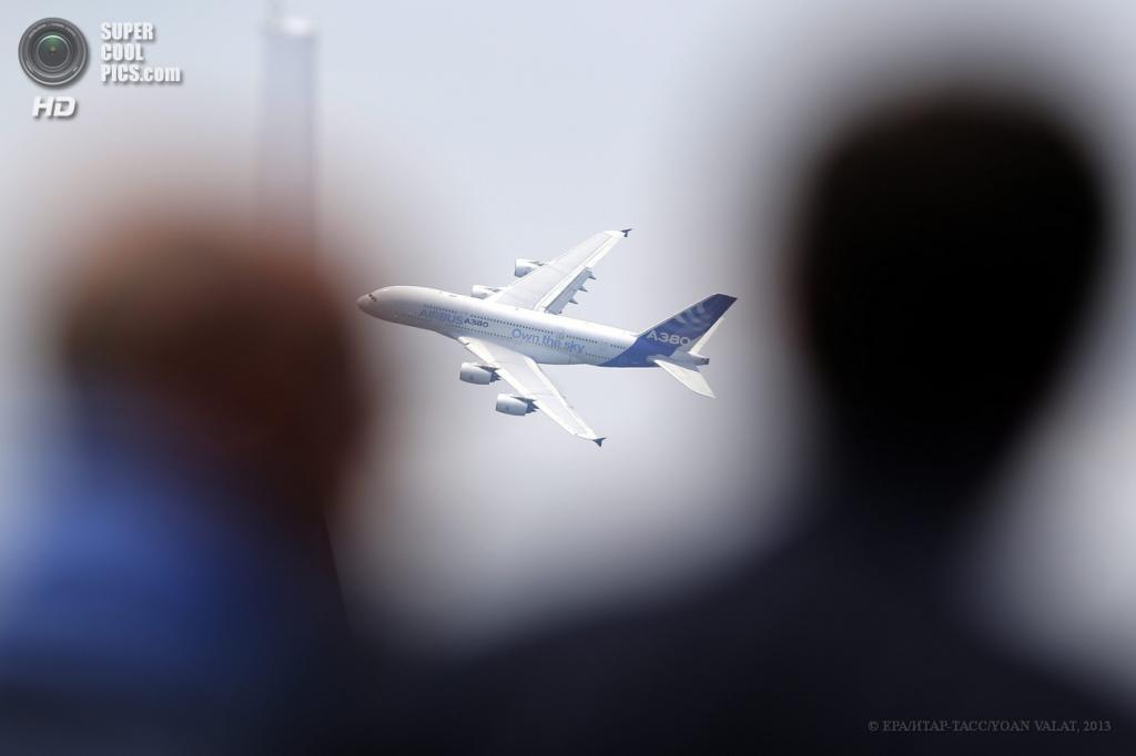 Франция. Ле-Бурже, Париж. 17 июня. Пассажирский самолёт Airbus A380 на 50-м Парижском авиасалоне. (EPA/ИТАР-ТАСС/YOAN VALAT)