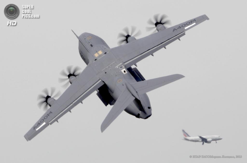 Франция. Ле-Бурже, Париж. 17 июня. Военно-транспортный самолёт Airbus A400M на 50-м Парижском авиасалоне. (ИТАР-ТАСС/Марина Лысцева)