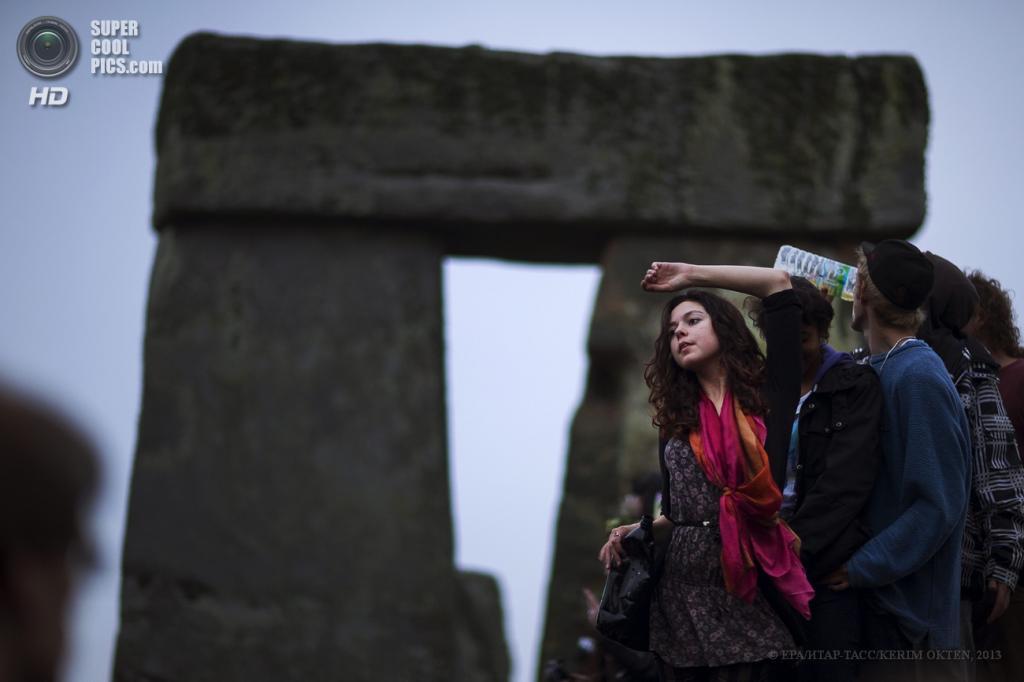 Великобритания. Солсбери, Уилтшир. 21 июня. Празднование дня летнего солнцестояния у Стоунхенджа — каменного круга, возведённого 5 000 лет назад. (EPA/ИТАР-ТАСС/KERIM OKTEN)