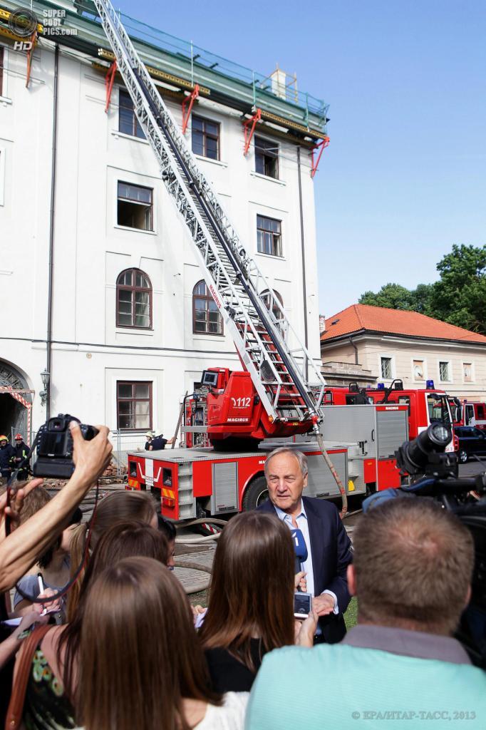 Латвия. Рига. 21 июня. Президент Латвии Андрис Берзиньш общается с журналистами после локализации пожара в Рижском замке. (EPA/ИТАР-ТАСС/OSKARS VOLFS)