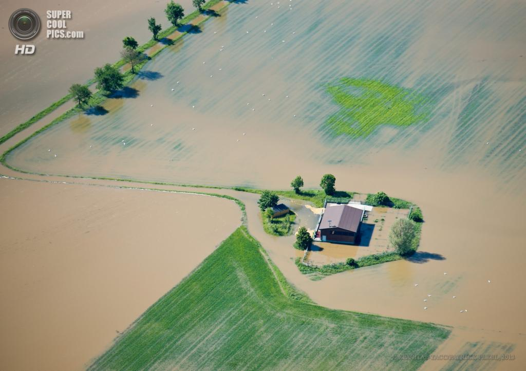 Германия. Бельгерн, Саксония. 5 июня. Последствия наводнения. (EPA/ИТАР-ТАСС/PATRICK PLEUL)
