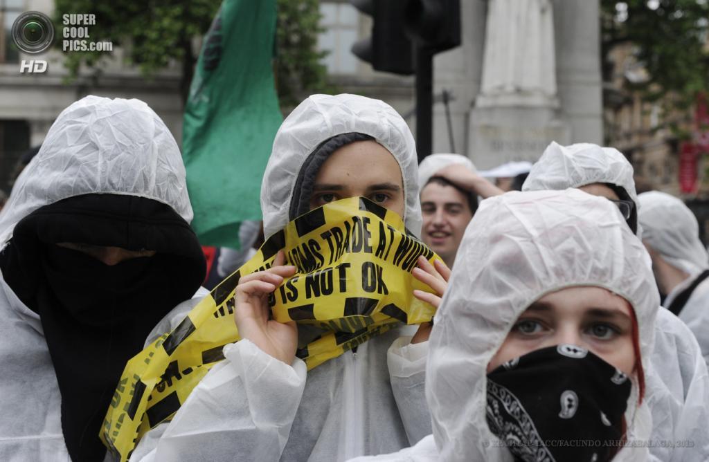 Великобритания. Лондон. 12 июня. Во время акции протеста против саммита «Большой восьмёрки». (EPA/ИТАР-ТАСС/FACUNDO ARRIZABALAGA)