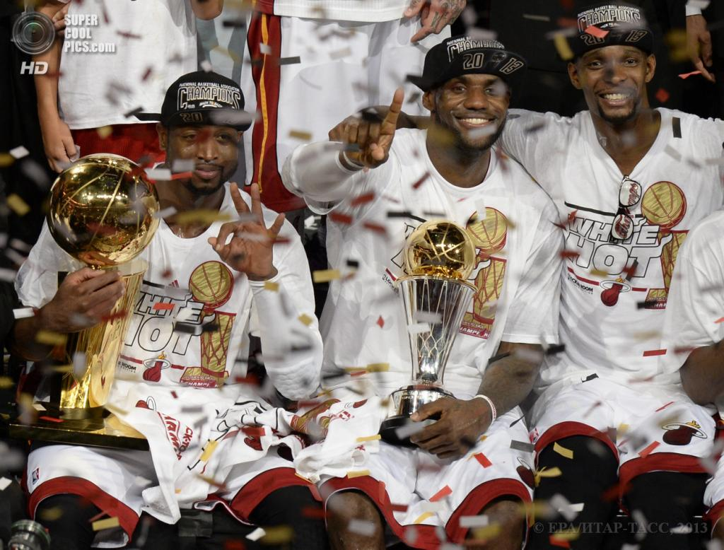 США. Майами, Флорида. 20 июня. Игроки «Майами Хит» Дуэйн Уэйд, Леброн Джеймс и Крис Бош (слева направо) празднуют победу в финальной серии плей-офф НБА. (EPA/ИТАР-ТАСС/RHONA WISE)