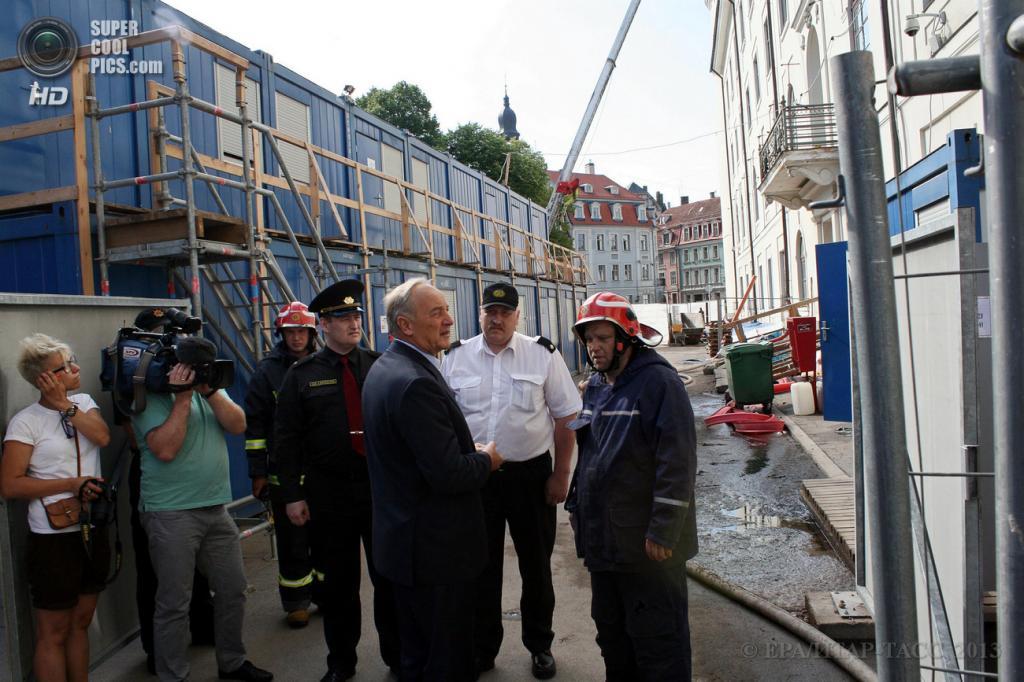 Латвия. Рига. 21 июня. Президент Латвии Андрис Берзиньш общается с пожарными после локализации пожара в Рижском замке. (EPA/ИТАР-ТАСС/OSKARS VOLFS)
