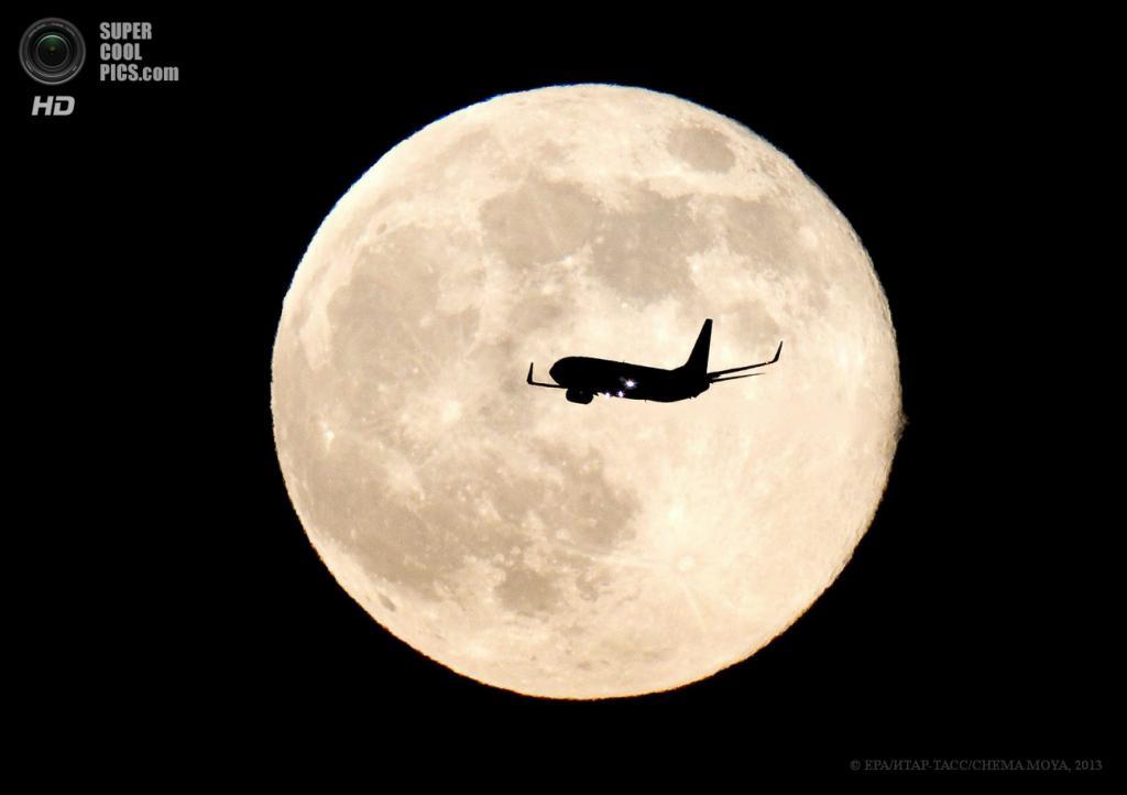 Испания. Мадрид. 23 июня. Самолёт на фоне суперлуния. (EPA/ИТАР-ТАСС/CHEMA MOYA)