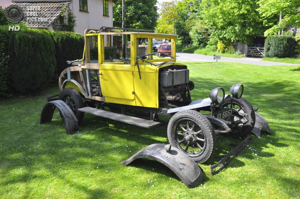 Великобритания. Бардуэлл, Саффолк. 26 мая. Классический автомобиль, требующий ремонта, на выставке автомобилей Bardwell Car Show. (Martin Pettitt)