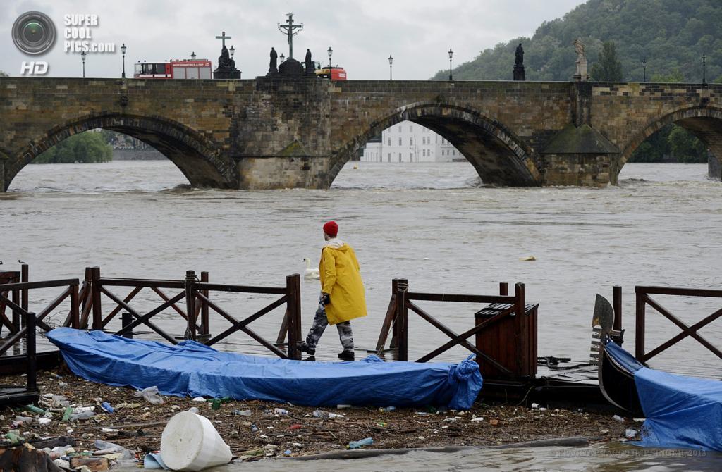 Чехия. Прага. 2 июня. Наводнение, вызванное затяжными дождями. (EPA/ИТАР-ТАСС/FILIP SINGER)