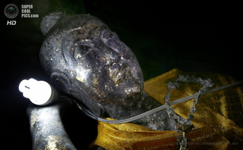 Таиланд. Ратчабури. 4 июня. Статуя Будды, которая, кажется, держит свою собственную лампу в черной, как смоль, глубине пещеры Tham Nam. (EPA/ИТАР-ТАСС/BARBARA WALTON)