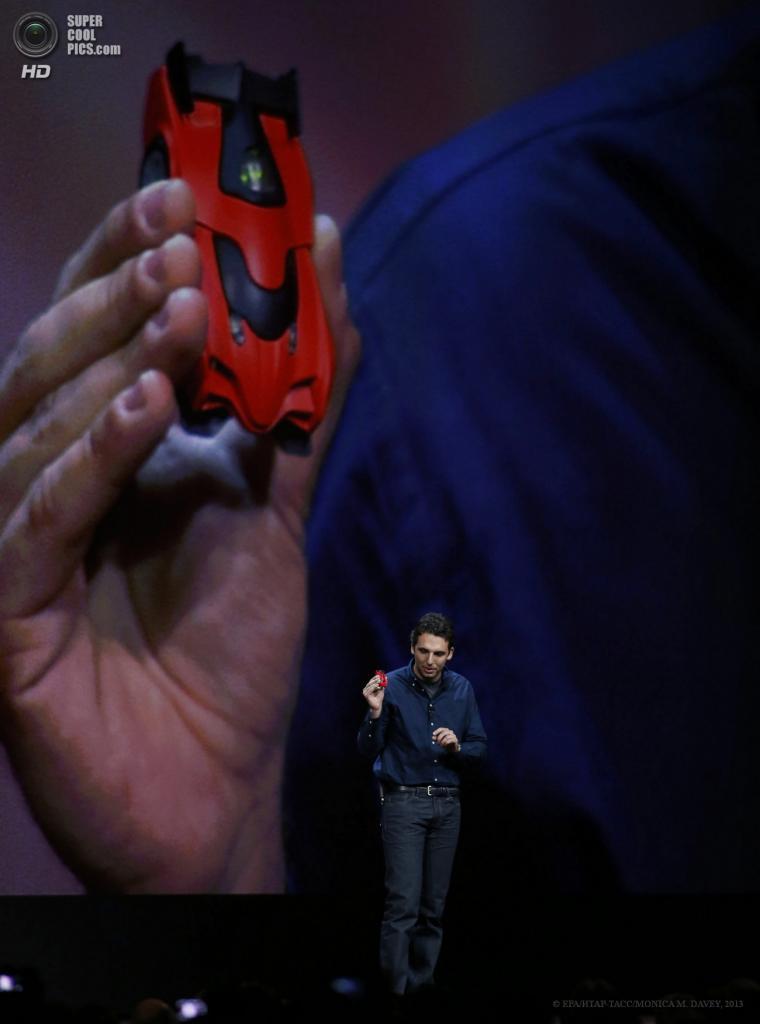 США. Сан-Франциско, Калифорния. 10 июня. Сооснователь Anki Борис Софман демонстрирует технологию Anki Drive. (EPA/ИТАР-ТАСС/MONICA M. DAVEY)