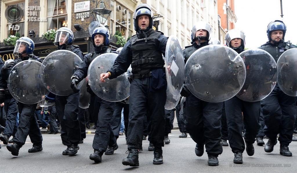 Великобритания. Лондон. 11 июня. Стычки с полицией во время акции протеста против саммита «Большой восьмёрки». (EPA/ИТАР-ТАСС/ANDY RAIN)