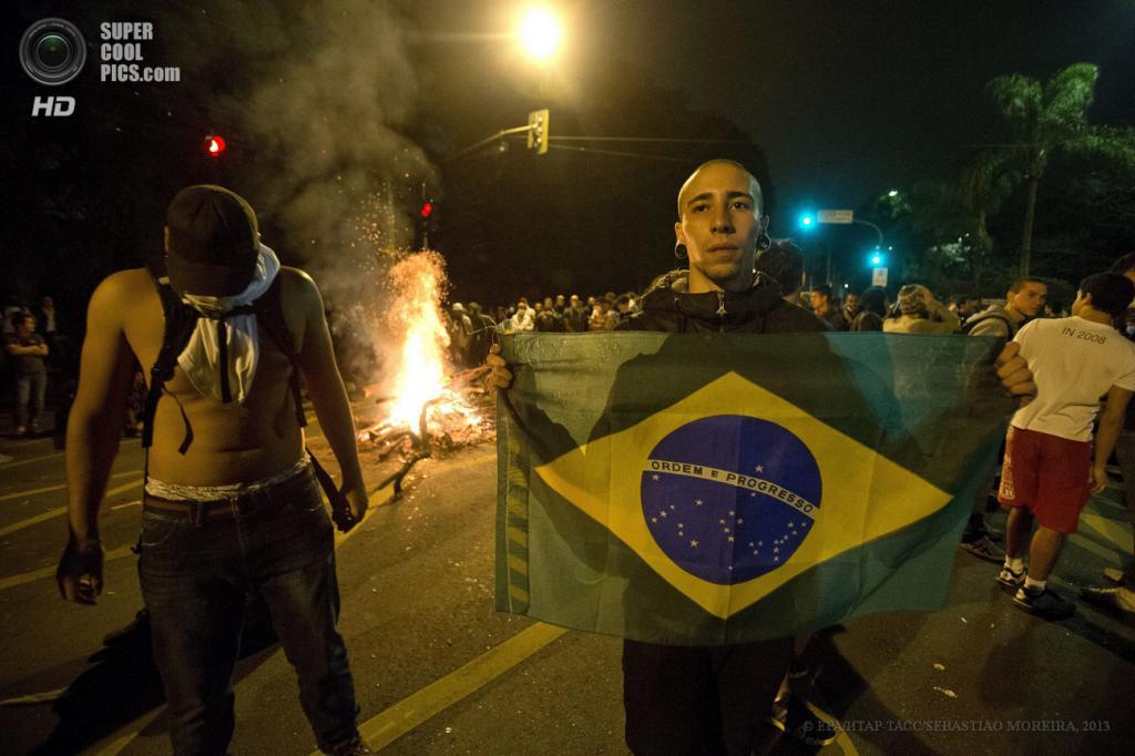 Бразилия. Сан-Паулу. 17 июня. Во время акции протеста против повышения стоимости проезда в общественном транспорте. (EPA/ИТАР-ТАСС/SEBASTIAO MOREIRA)