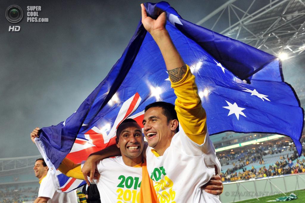 Австралия. Сидней, Новый Южный Уэльс. 18 июня. Футболисты сборной Австралии Арчи Томпсон (слева) и Тим Кэхилл празднуют выход на чемпионат мира. (EPA/ИТАР-ТАСС/PAUL MILLER)