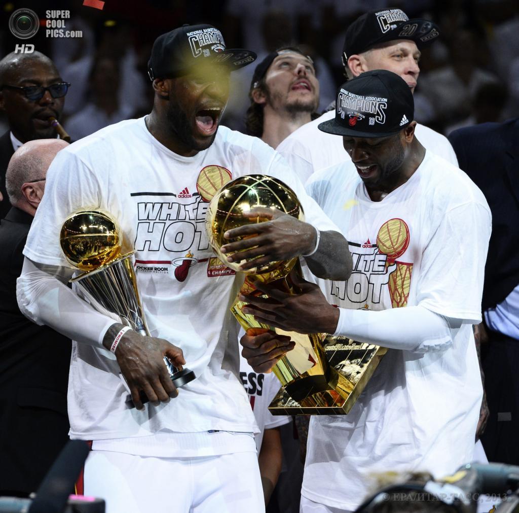 США. Майами, Флорида. 20 июня. Игроки «Майами Хит» Дуэйн Уэйд (слева) и Леброн Джеймс празднуют победу в финальной серии плей-офф НБА. (EPA/ИТАР-ТАСС/LARRY W. SMITH)