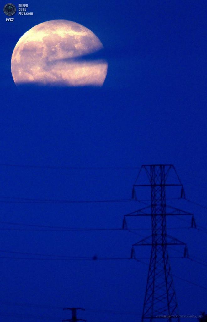 Испания. Мадрид. 23 июня. Линия электропередач под присмотром суперлуния. (EPA/ИТАР-ТАСС/CHEMA MOYA)