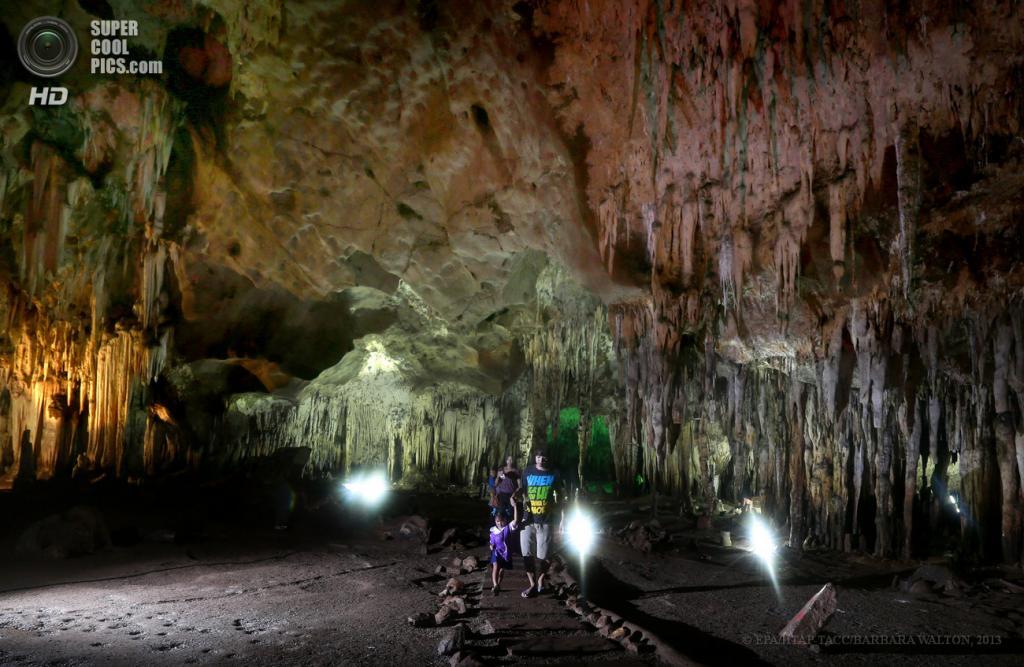 Таиланд. Ратчабури. 4 июня. Тайская семья в ярко освещенной известняковой пещере Tham Khao Bin. (EPA/ИТАР-ТАСС/BARBARA WALTON)
