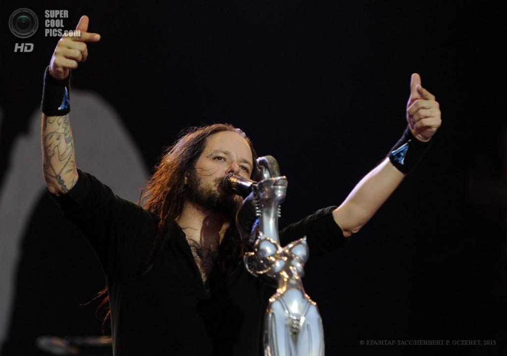 Австрия. Бургенланд. 15 июня. Вокалист американской ню-метал-группы Korn Джонатан Дэвис на фестивале Nova Rock 2013. (EPA/ИТАР-ТАСС/HERBERT P. OCZERET)