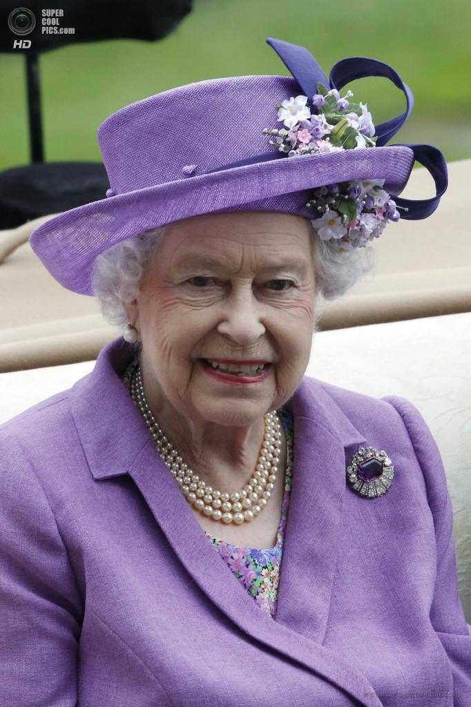 Великобритания. Аскот, Беркшир. 20 июня. Королева Елизавета II во время «Ladies Day» на скачках «Royal Ascot». (EPA/ИТАР-ТАСС/TAL COHEN)