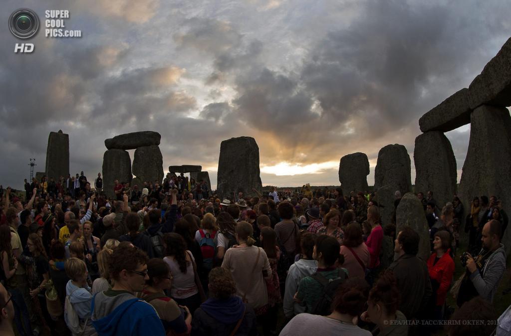 Великобритания. Солсбери, Уилтшир. 20 июня. Празднование дня летнего солнцестояния у Стоунхенджа — каменного круга, возведённого 5 000 лет назад. (EPA/ИТАР-ТАСС/KERIM OKTEN)