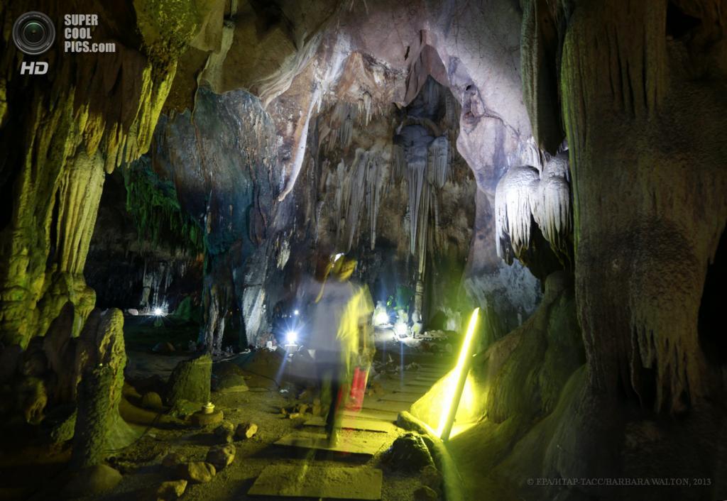 Таиланд. Ратчабури. 4 июня. Турист в пещере Tham Khao Bin. (EPA/ИТАР-ТАСС/BARBARA WALTON)