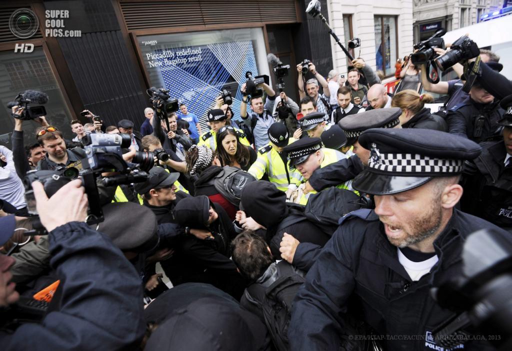 Великобритания. Лондон. 11 июня. Стычки с полицией во время акции протеста против саммита «Большой восьмёрки». (EPA/ИТАР-ТАСС/FACUNDO ARRIZABALAGA)