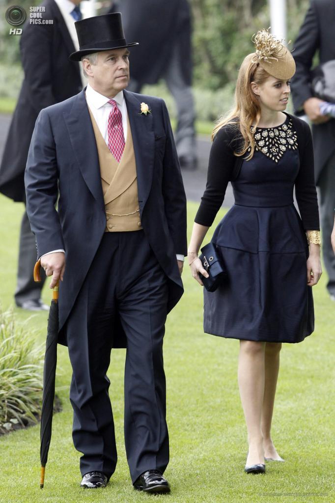 Великобритания. Аскот, Беркшир. 20 июня. Принц Эндрю с дочерью Беатрисой во время «Ladies Day» на скачках «Royal Ascot». (EPA/ИТАР-ТАСС/TAL COHEN)