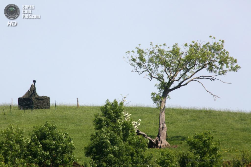 Великобритания. Эннискиллен, Северная Ирландия. 9 июня. Системы видеонаблюдения на холме близ озера Лох-Эрн, где пройдет саммит «Большой восьмёрки». (EPA/ИТАР-ТАСС/PAUL MCERLANE)