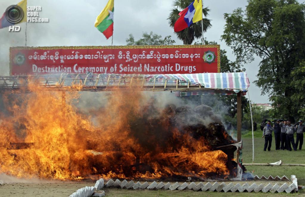 Мьянма. Янгон. 26 июня. Ежегодная церемония уничтожения конфискованных наркотиков на общую сумму $76,79 млн. (EPA/ИТАР-ТАСС/NYEIN CHAN NAING)