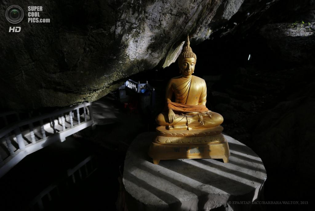 Таиланд. Ратчабури. 4 июня. Статуя Будды внутри пещеры Tham Nam. (EPA/ИТАР-ТАСС/BARBARA WALTON)