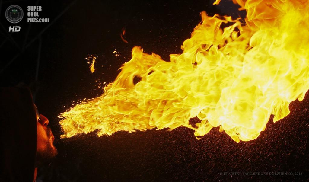 Украина. Киев. 15 июня. Во время фестиваля огня Kiev Fire Fest 2013 на Певчем поле. (EPA/ИТАР-ТАСС/SERGEY DOLZHENKO)