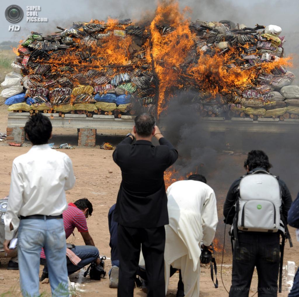 Пакистан. Исламабад. 26 июня. Ежегодная церемония уничтожения конфискованных наркотиков. Объём или стоимость сожженного не указывается. (EPA/ИТАР-ТАСС/T. MUGHAL)