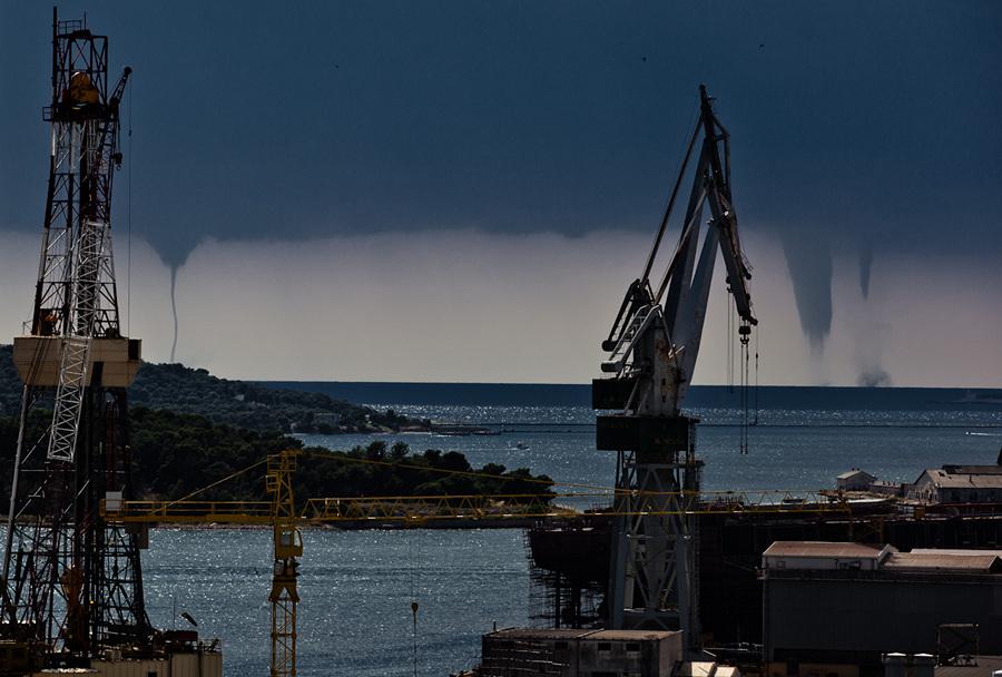 Тройной водяной смерч в Хорватии (3 фото)