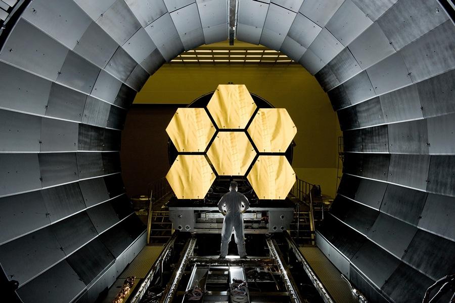 США. Хантсвилл, штата Алабама. Инженер НАСА Эрни Райт проводит осмотр перед финальными криогенными испытаниями основных сегментов зеркал телескопа «Джеймс Уэбб» в Космическом центре Маршалла. (NASA/MSFC/David Higginbotham)