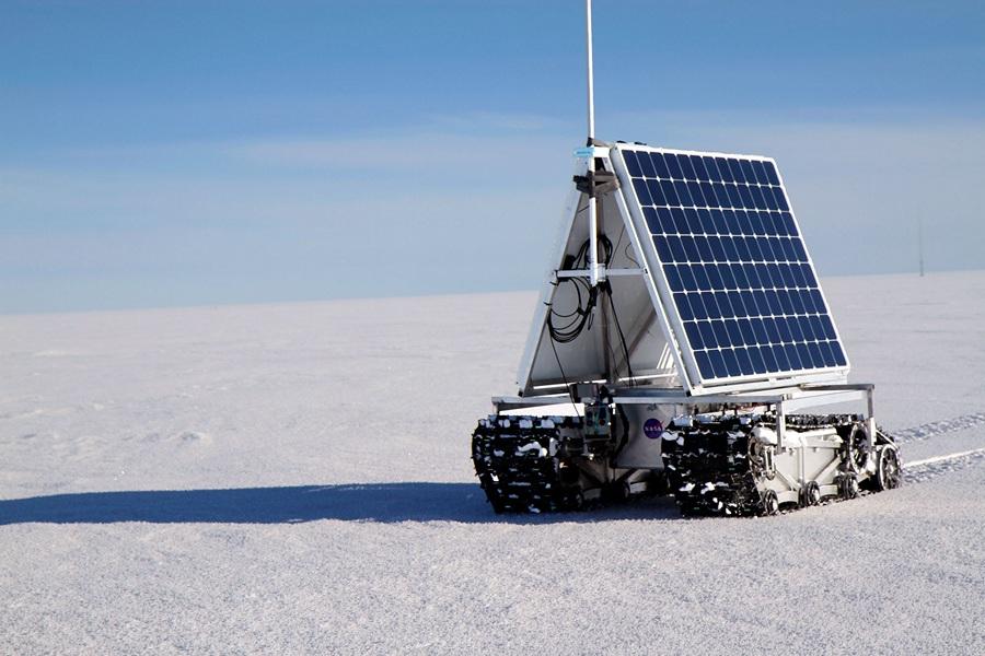 Дания. Гренландия. 2 июня. Полярный ровер GROVER на ходу во время тестов потребляемой мощности. (NASA Goddard/Matt Radcliff)