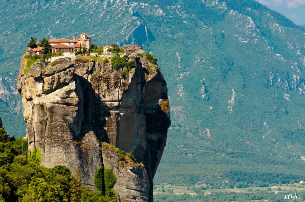 «Парящие в воздухе» монастыри Греции (14 фото)