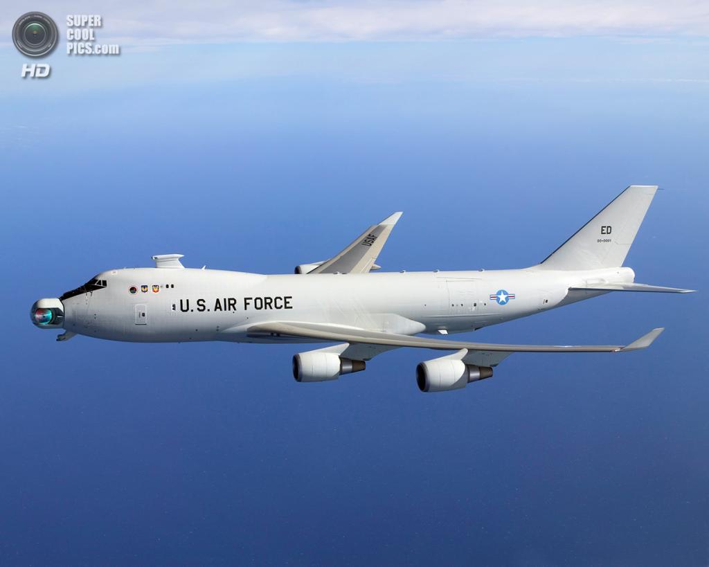 США. Эдвардс, Калифорния. Экспериментальный боевой самолёт Boeing YAL-1 на первоначальных испытаниях вращения мяча. (US Missile Defense Agency)