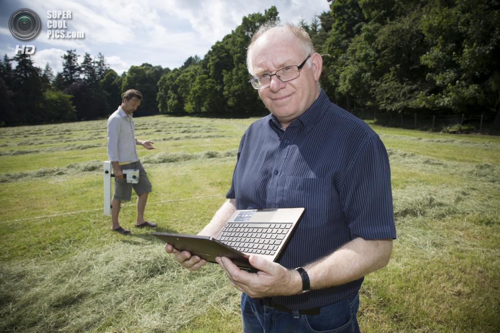 Великобритания. Абердиншир, Шотландия. 15 июля. Винс Гэффни — профессор археологии из Бирмингемкого университета — на месте раскопок в Уоррен-Филде. (University of Birmingham)