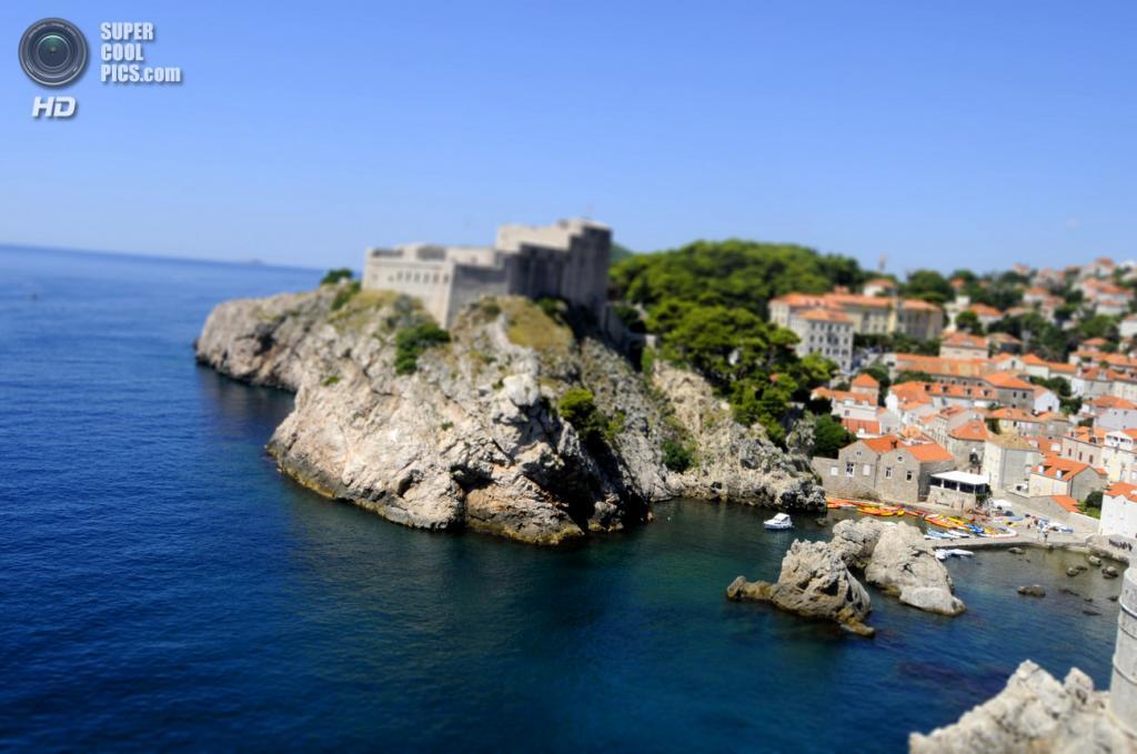 Вид на Дубровник с моря. Слева крепость Ловриенац. (David Aouita)