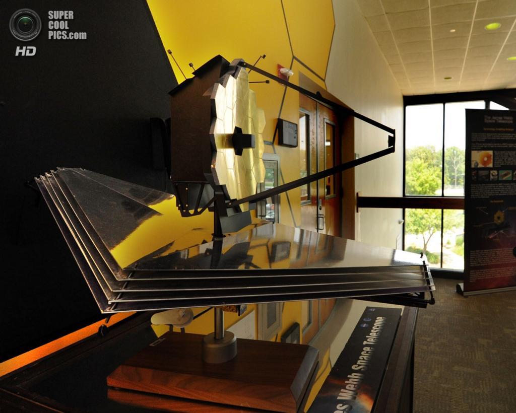 США. Гринбелт, Мэриленд. Макет телескопа «Джеймс Уэбб» в масштабе 1:20 в холле здания №29 Центра космических полётов Годдарда. (Algerina Perna/Baltimore Sun)