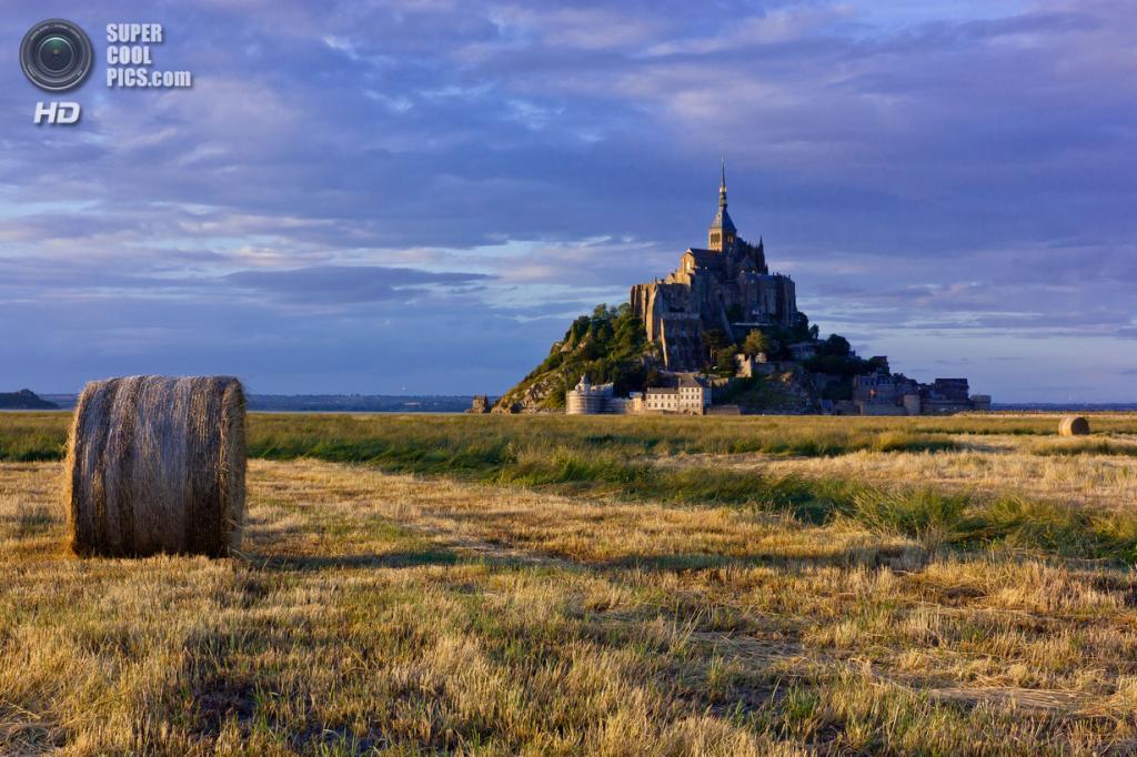 Франция. Манш, Нормандия. Остров-крепость Мон-Сен-Мишель. (T.J. Morton)