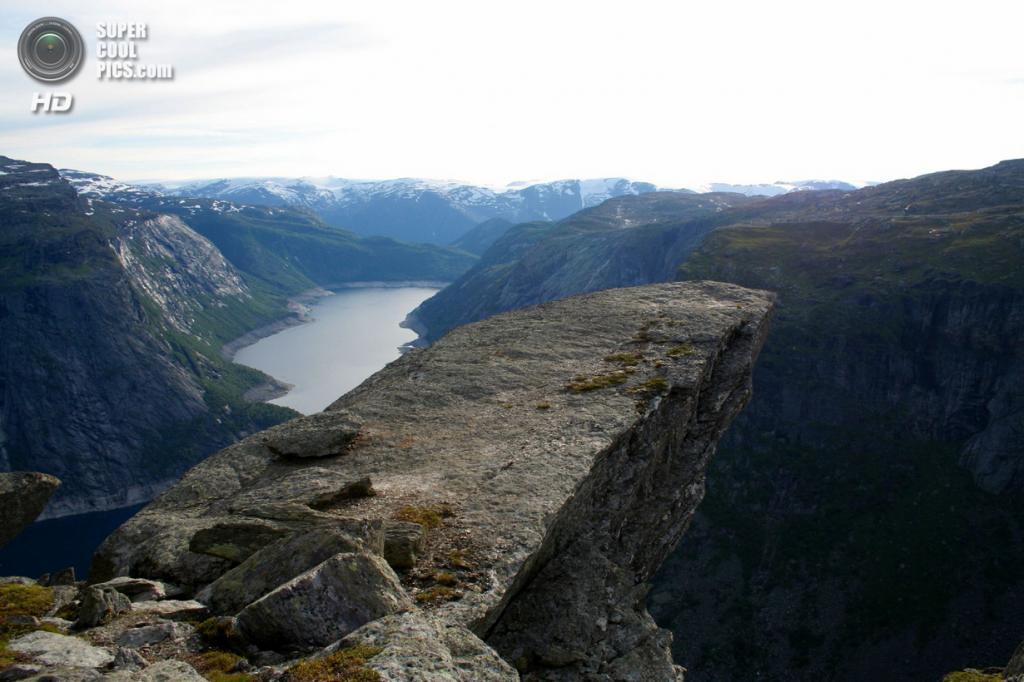 Норвегия. Каменный выступ «Язык Тролля». (David Yttervik)