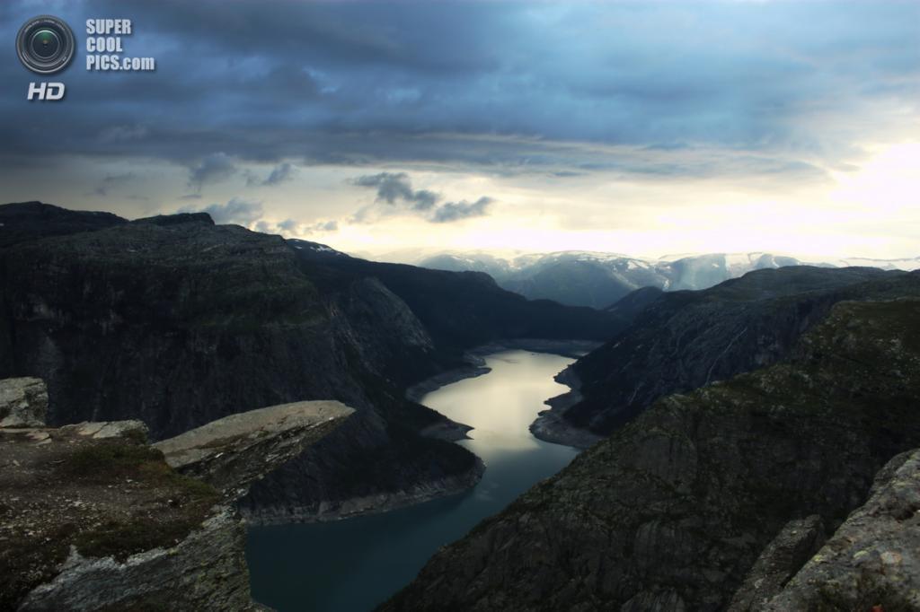 Норвегия. Каменный выступ «Язык Тролля». (Peter Haakonsen)