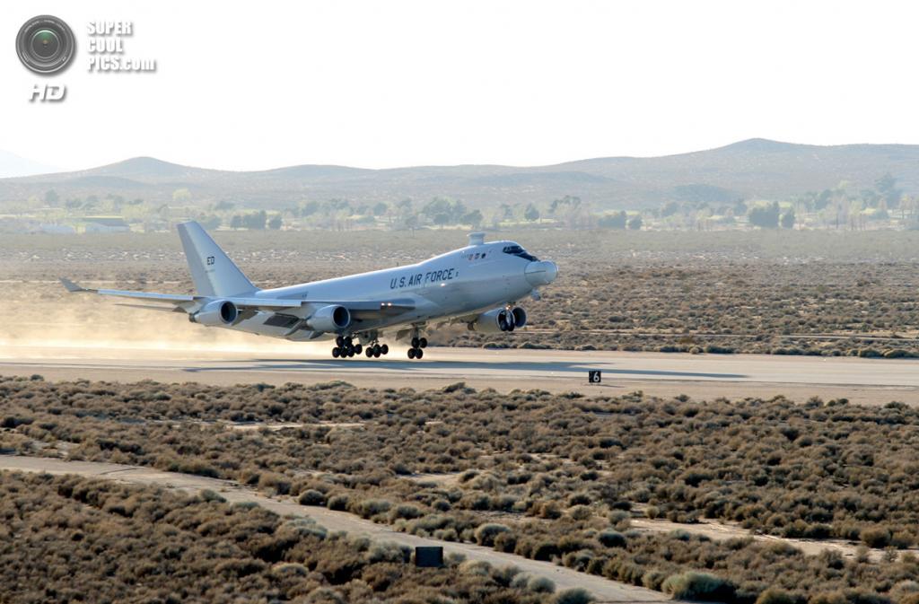 США. Эдвардс, Калифорния. Экспериментальный боевой самолёт Boeing YAL-1 вылетает на первоначальные испытания боевой системы лазера. (Kellie Masters)