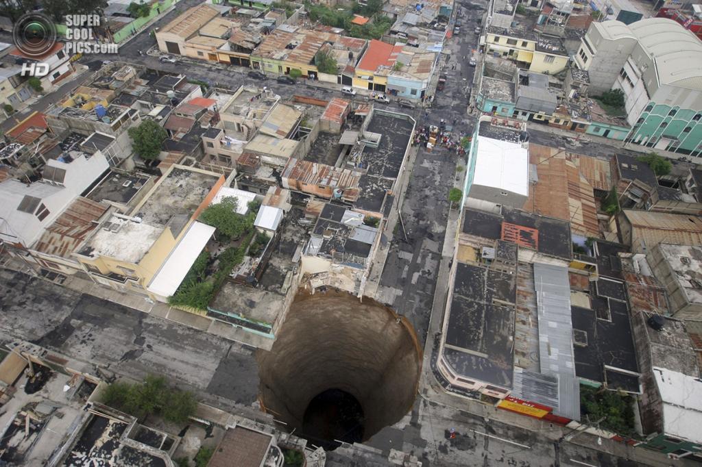 Гватемала. Гватемала. 31 мая 2010 года. Последствия урагана Агата — гигантская карстовая воронка на перекрестке. (REUTERS/Casa Presidencial)