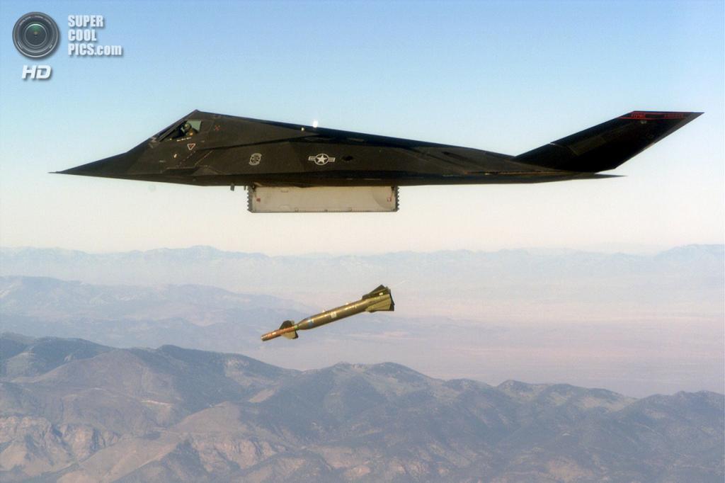 Lockheed F-117 Nighthawk сбрасывает управляемую авиационную бомбу GBU-28. (PD-USGOV)