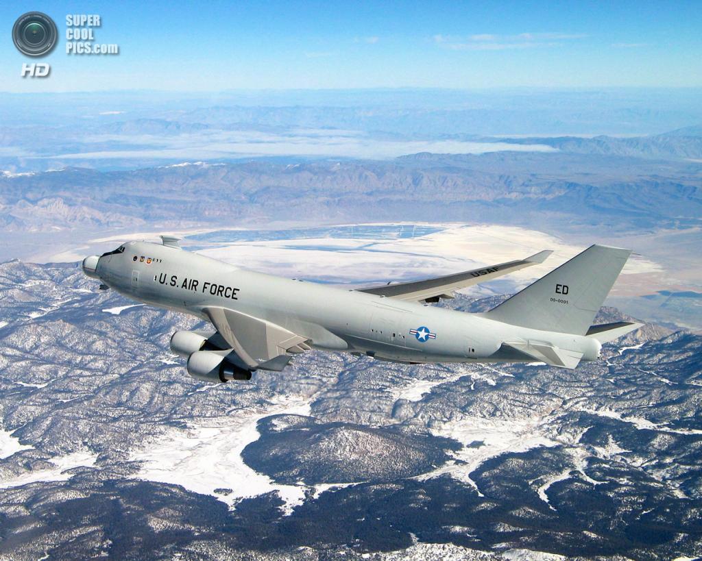 США. Эдвардс, Калифорния. Экспериментальный боевой самолёт Boeing YAL-1 на испытаниях дозаправки. (USAF/Jim Shryne)