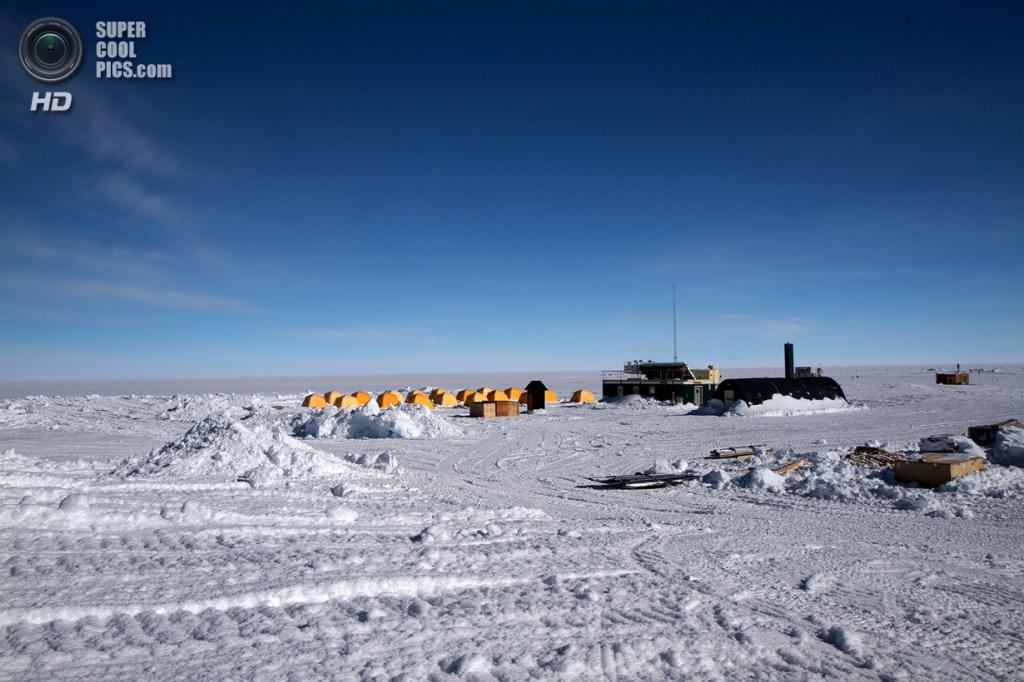 Дания. Гренландия. 2 июня. Оранжево-жёлтые тенты «арктической печи», формирующие «палаточный городок» Верхнего Лагеря — круглогодичной исследовательской станции в центре ледникового щита Гренландии. (NASA Goddard/Matt Radcliff)